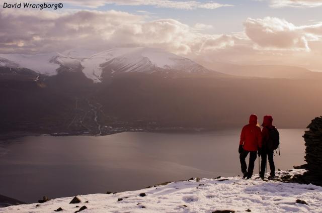 6. På toppen av Hjortfjellet med utsikt över Longyearbyen, Platåfjellet och Nordenskiöldstoppen. DAVIDs namn.